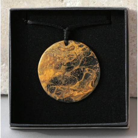Brigitta Zsupos: Painted shell pendant ~ 5cm